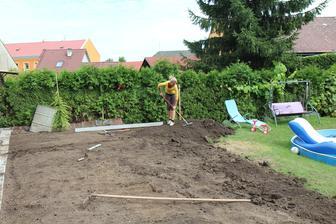 srovnáváme pozemek a budeme zakládat finální trávník