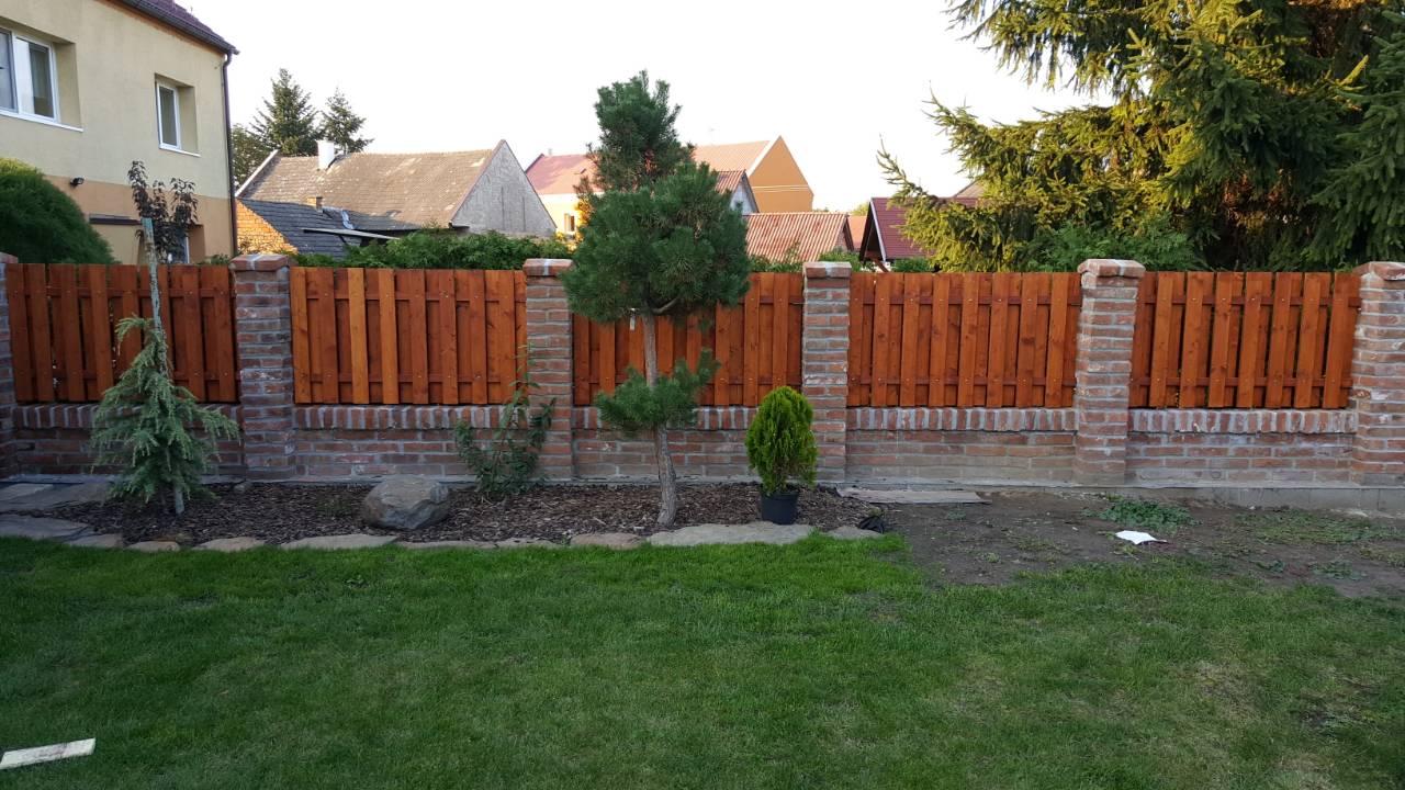 Tak jde čas aneb jak si stavíme sen :-) - Nový plot ze starých cihel...aneb Luďa je borec😀