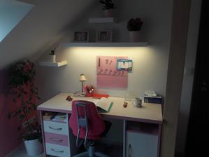 Taťka vyrobil lampičku z poličky :-)