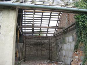 Rozebírání střechy od stodoly