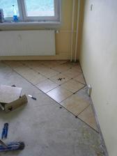 moj sikovny priatel zacal klast podlahu
