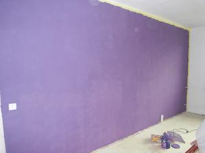jedna zo stien v obyvacke, tu pride biela obyvacia stena, zvysok je slabo fialovo ruzovkasty