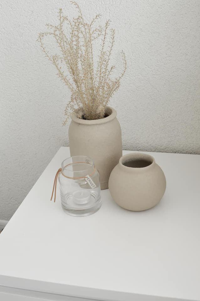 U nás v 2021 - keď máš doma vázy,  ktorých farba sa Ti nepáči, jednoducho pretrieš :)