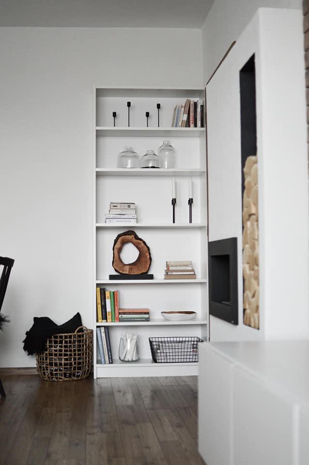 U nás v 2021 - pribudla k nám knižnica, je schovaná za dverami a keď sú otvorené vôbec ju nevidno, klasika IKEA ;-) , myslím že za 35eur celkom pekný kúsok ;-)