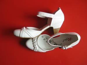 Tady jsou mé svat. botky,nějak jsem je neřešila,nebudou vidět.