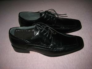 Samozřejmě nové boty k obleku.