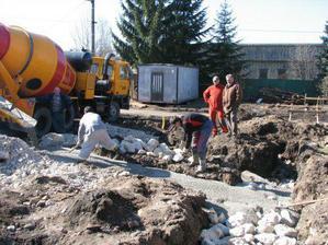 liatie zakladovych pasov - pozemkom kedysi tiekla rieka (kamene su vsade)