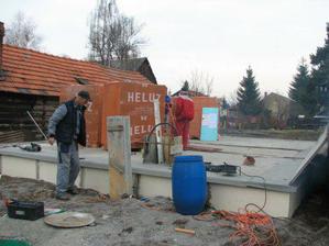 2008.04.02 zaizolovane zaklady a vykladanie prvej varky tehal