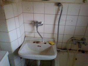 koupelna ještě s nefunkčním komínem,který se boural