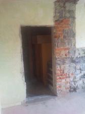 komín v patře taky pryč-otvor na dveře se zazdíval