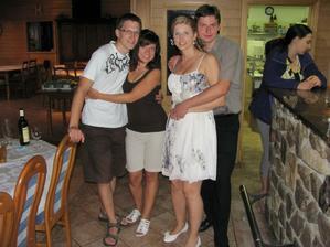 Jedna společná...já s manželem a můj brácha - svědek s přítelkyní :-)