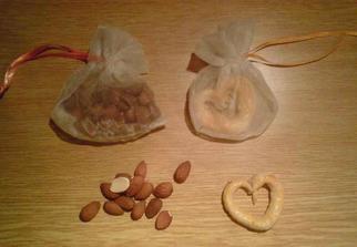 darčeky pre hostí - handmade - len neviem vybrat či praclíkové srdiečko alebo mandle