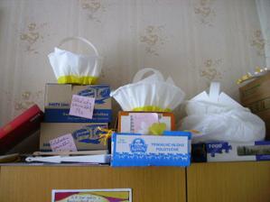 košíčky na výslužky, darčeky pre hostí.... všetko pekne nachystané