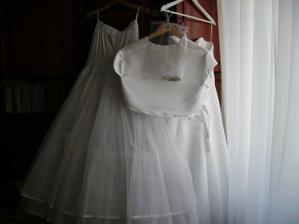celé šaty vážili 5,5 kila