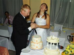 Zarežeme ju! Podľa povery, kto má pri krájaní torty ruku na vrchu bude hlavou rodiny som dopadla zle.