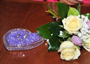 naše snubní prstýnky v srdíčku a svatební kytička nevěsty