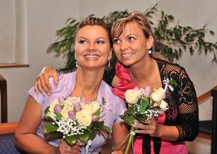 nevěsta se sestrou Zuzkou - to je ale podoba a lumpárničky jim koukají z očí ...