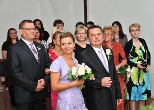 Během obřadu - paní matrikářka představuje panu poslanci Burešovi (oddávajícímu) snoubence
