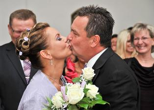 První manželský polibek - krásný, něžný  a nekonečně dlouhý ...