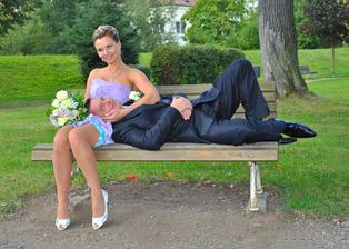 Hají na lavičce v parku ...
