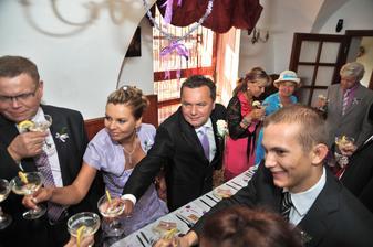 Přípitek na svatební hostině (byla prohibice)