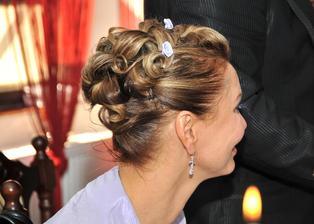 Detail svatebního účesu - 3 kytičky jsem již bohužel ztratila ...