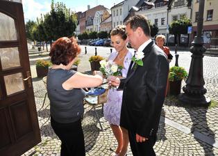 Paní Čermáková vítá novomanžele na svatební hostině  přípitkem