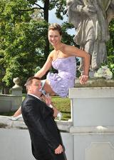 Podle starého zvyku musí novomanžel po svatbě sundat podvazeček zubama ...