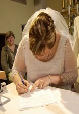 Som krajšia, preto je tu moja fotka :) Ale aj drahý sa podpísal.