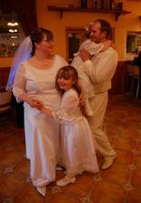 Novomanželský tanec...naše predné družičky pochopili po svojom, prečo sme na parkete sami a tak sme novomanželský tancovali štyria :)