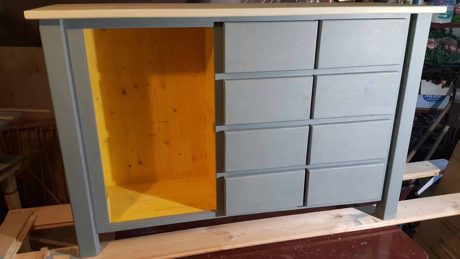 Komoda - a mám namontované šuflíky