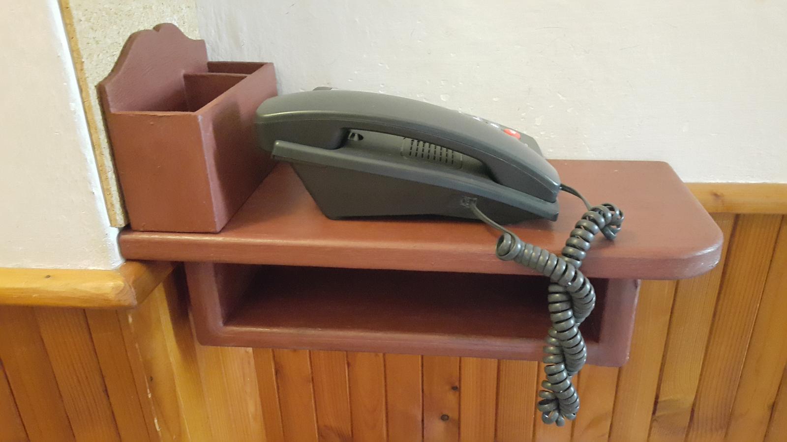 Drevo a veci okolo - Polička pod telefón so škatuľkou na ceruzky