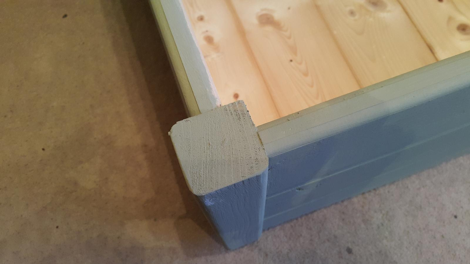 Drevo a veci okolo - upgrade povodneho stolika. vymena bocnych palubiek za riadne dosky a vrchna doska je vymenena za preglejku. konecne to aj lepsie vyzera.