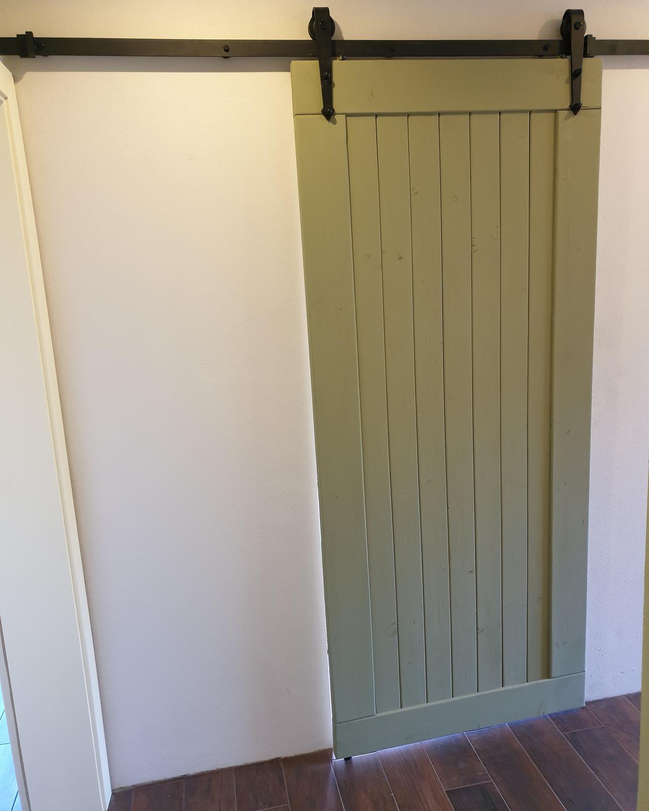 Drevo a veci okolo - Dvere konečne namaľované.
