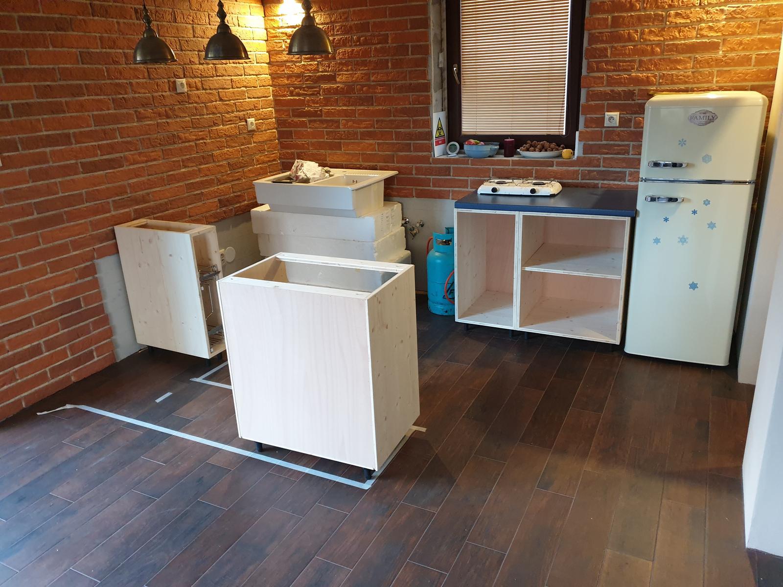 Kuchyňa svojpomocne - Skrinky už na mieste. Ešte nenatreté a bez suflikov a dvierok