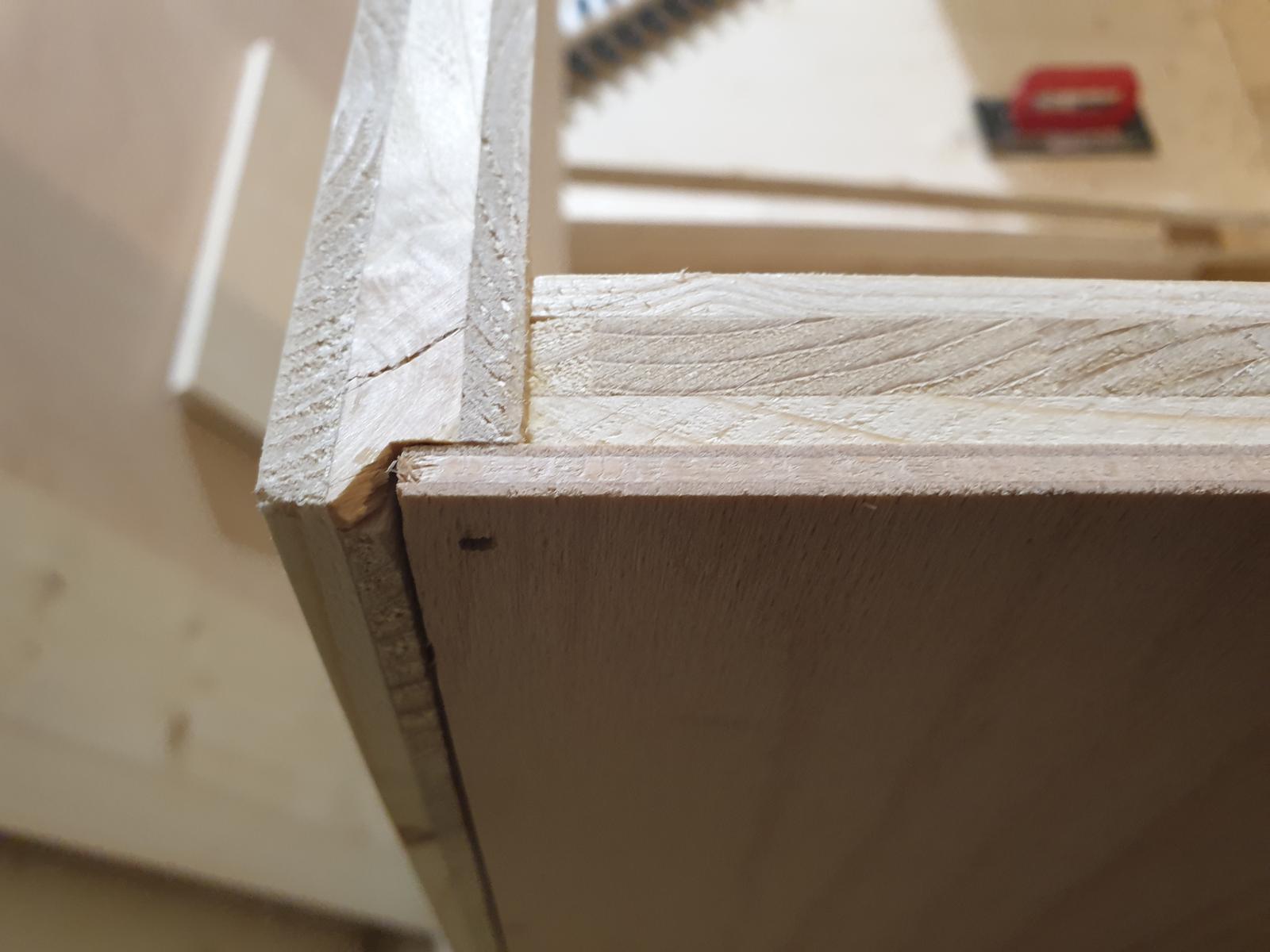 Kuchyňa svojpomocne - Detail zapustenia chrbta z preglejky do polodrážky v korpuse. Prichytené sponkovačkou
