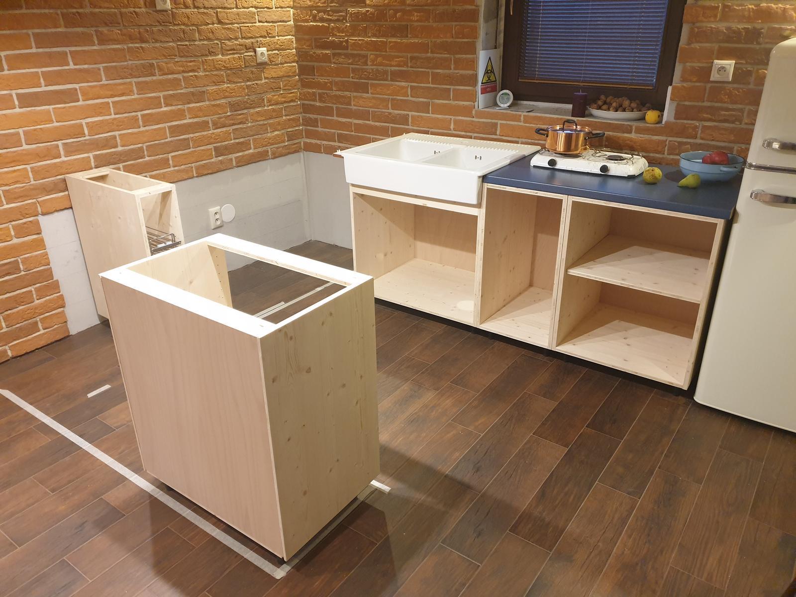 Kuchyňa svojpomocne - Aj umývadlová skrinka na mieste