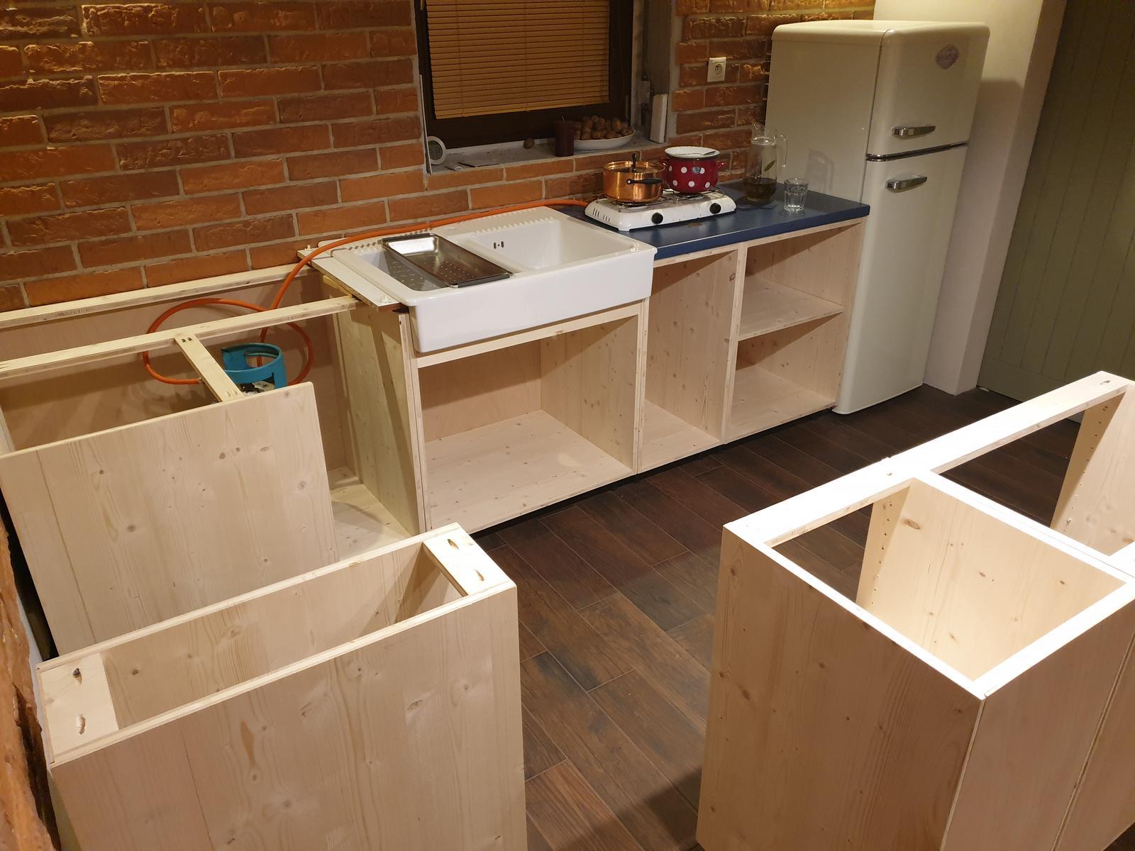 Kuchyňa svojpomocne - Dnes rohová skrinka. Sadla úplne presne