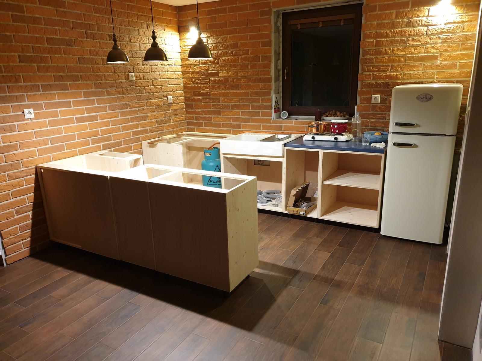 Kuchyňa svojpomocne - Doplnena aj rohova skrinka. uz len skrinka pre vstavanu ruru. Ostrovcek zo zadu bude prekryty suvislou doskou