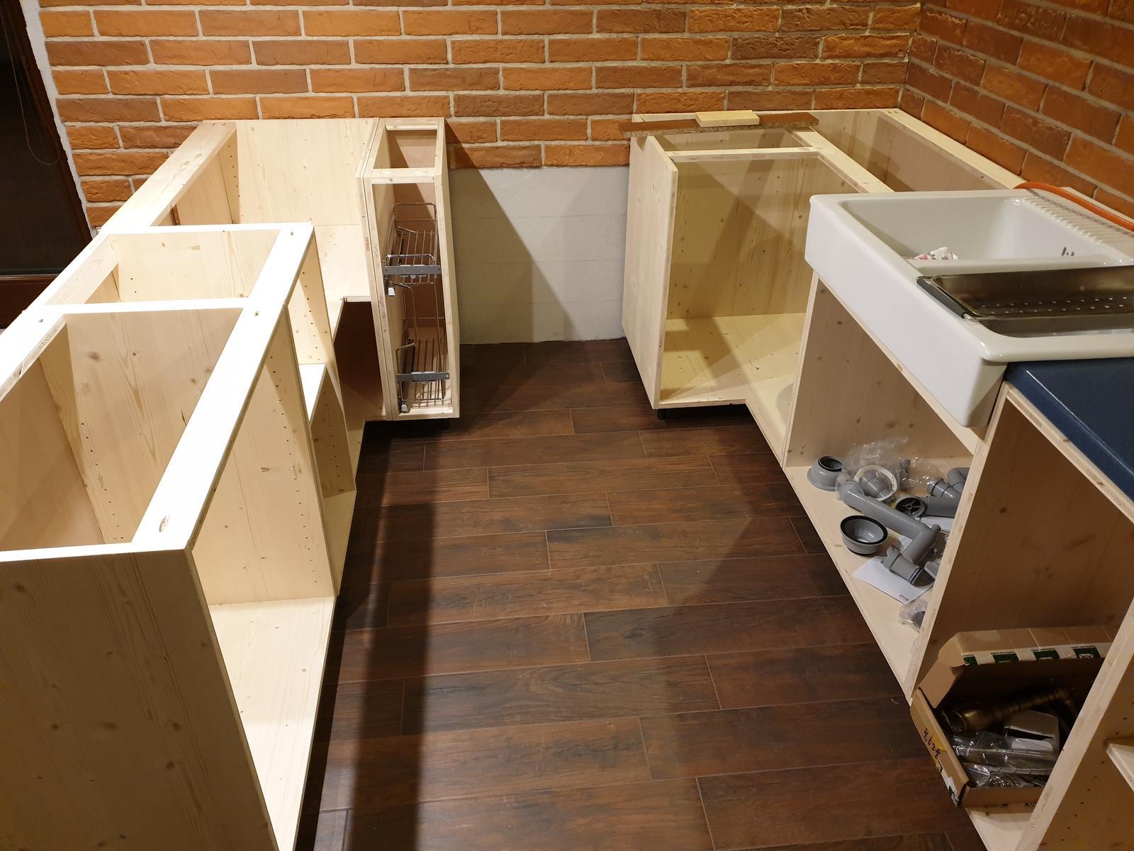 Kuchyňa svojpomocne - Doplnena aj rohova skrinka. uz len skrinka pre vstavanu ruru