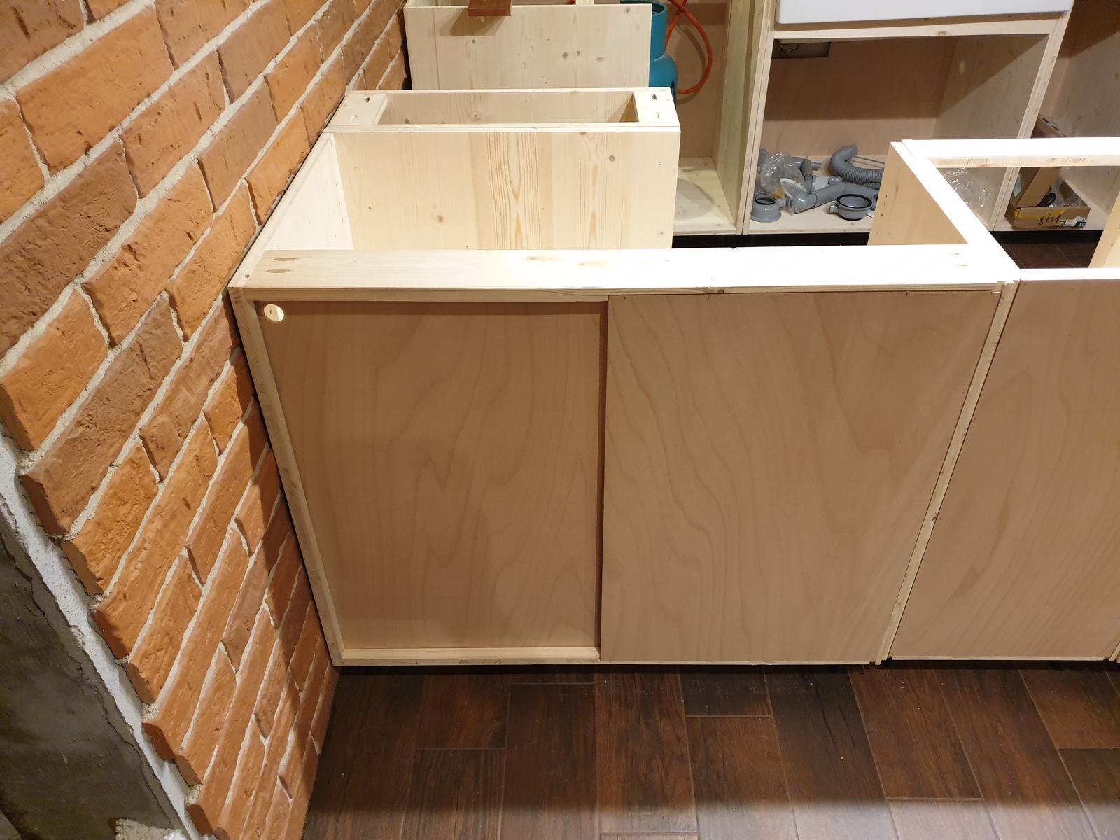 Kuchyňa svojpomocne - Do rohovej skrinky som zo zadu spravil posuvne dvierka. aby sa dalo dostat lepsie aj k vacsim veciam. neviem ci to nebolo zbytocne, lebo dvierka sa zdaju celkom priestranne. mozno ich nakoniec prekryjem doskou, co bude zo zadu ostrovceka.
