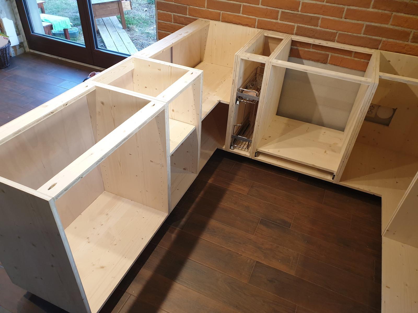 Kuchyňa svojpomocne - Spodné skrinky na mieste.