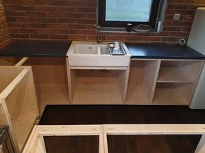 Spodné skrinky na mieste. A aj umývadlo provizorne zapojene. Pracovná doska je nejaká stará a je tam len dočasne, už sa rieši finálna!