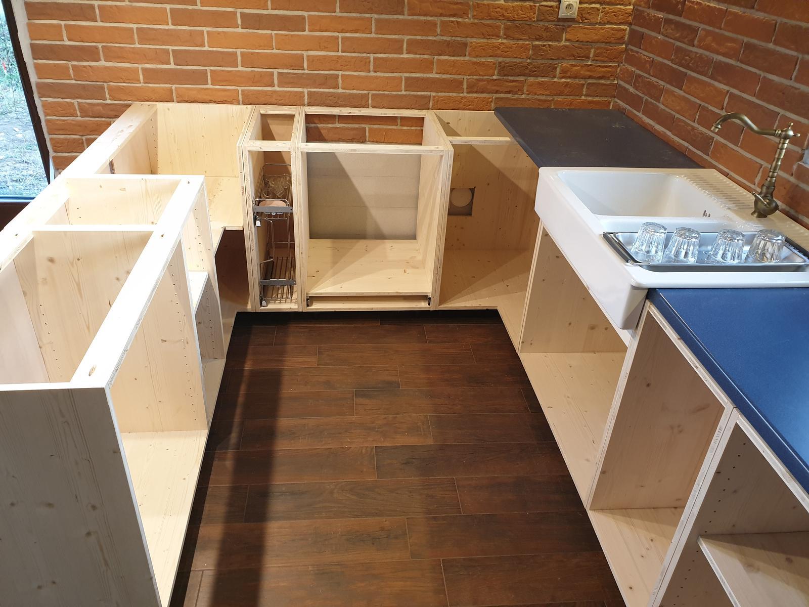 Kuchyňa svojpomocne - Spodné skrinky na mieste. A aj umývadlo provizorne zapojene. Pracovná doska je nejaká stará a je tam len dočasne, už sa rieši finálna!