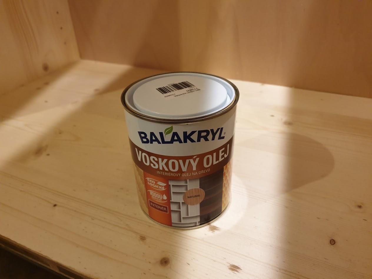 Kuchyňa svojpomocne - Pokiaľ vyriešime pracovnú dosku tak natierame vnútro skriniek. Taká ochrana proti vlhkosti. dáme jednu vrstvu. hádam stačí