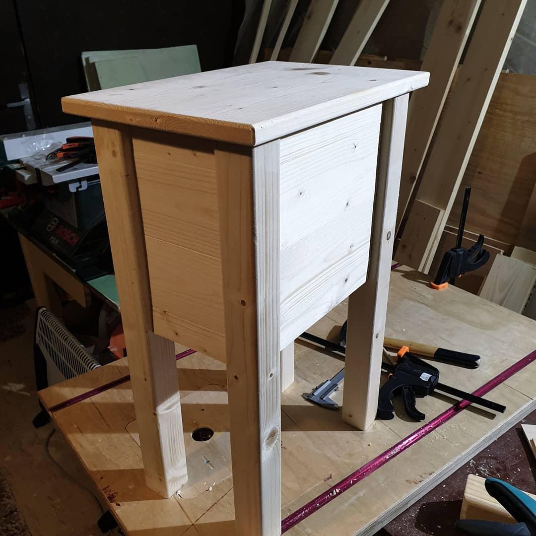 Drevo a veci okolo - Stolík k posteli(ďalší darček) .. Rýchlovka za 3hodky zatiaľ.. Už len šuflík.. Alebo radšej dva?