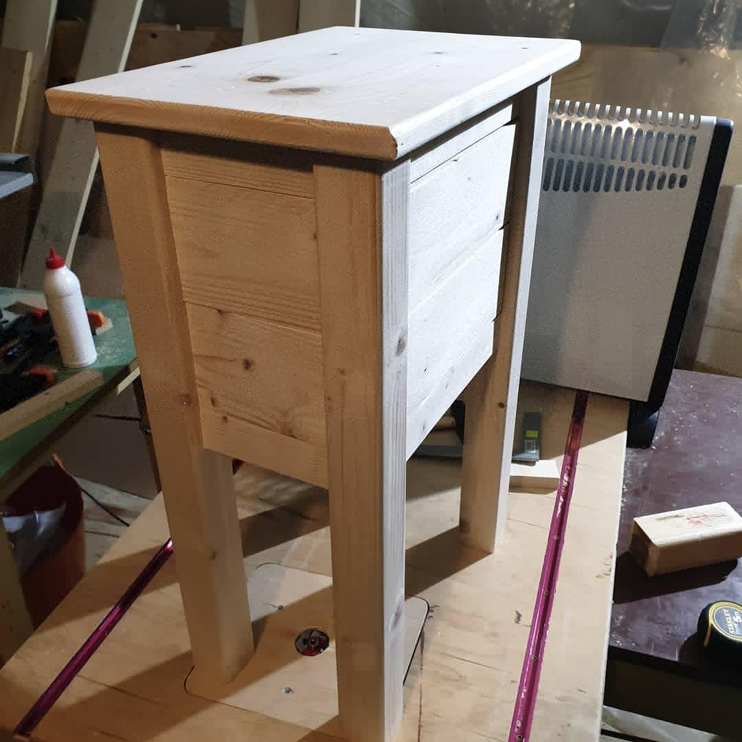 Drevo a veci okolo - Stolík hotový. Ešte povrchová úprava (balakryl orech) a úchytky na šuflíky.