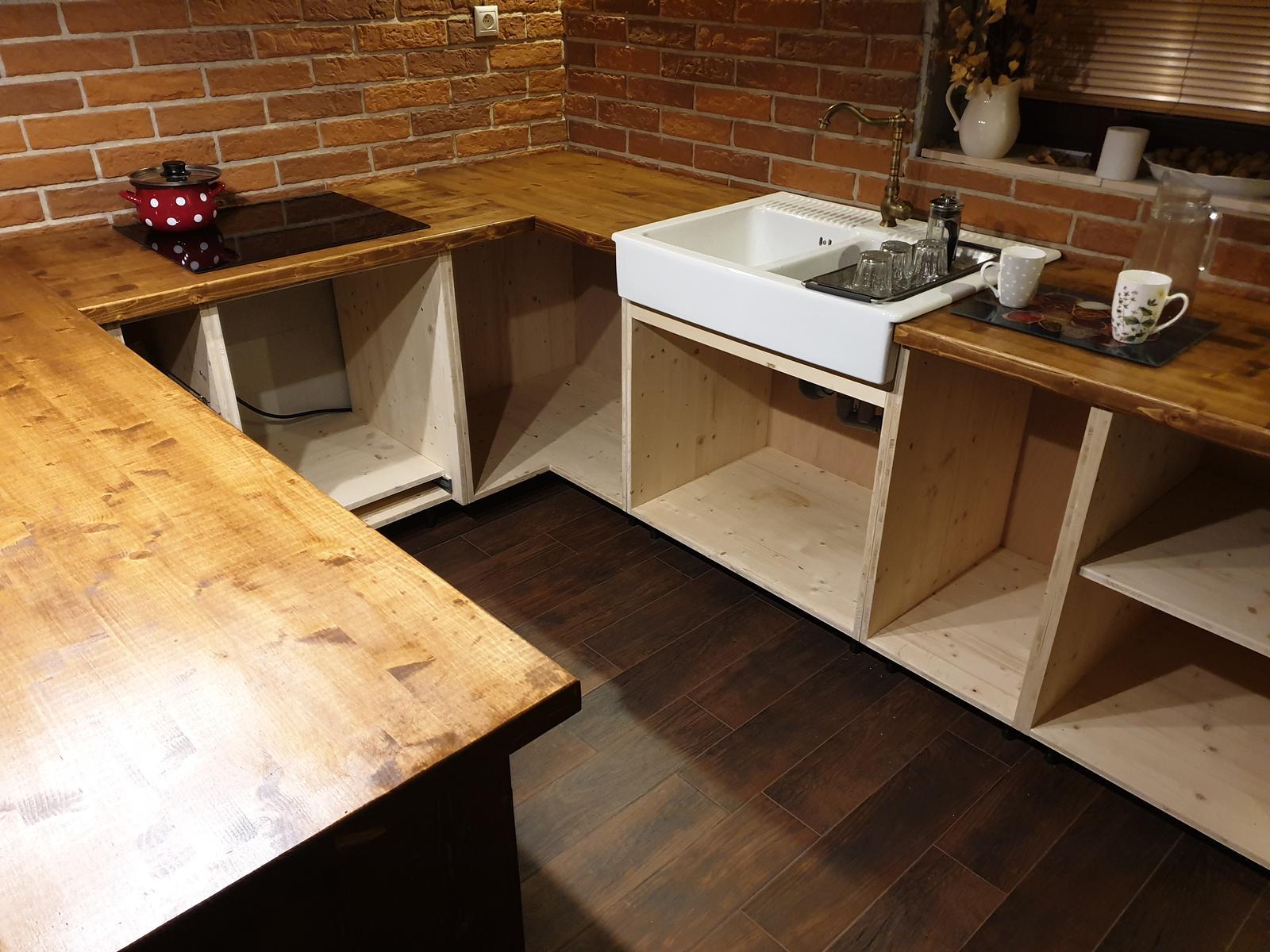 Kuchyňa svojpomocne - Pracovná doska pripevnená, umývadlo tiež. Varná doska nám už uvarila prvú kávu :) Konečne sme mohli dať preč tú plynovú bombu :) Takže druhá fáza hotová.