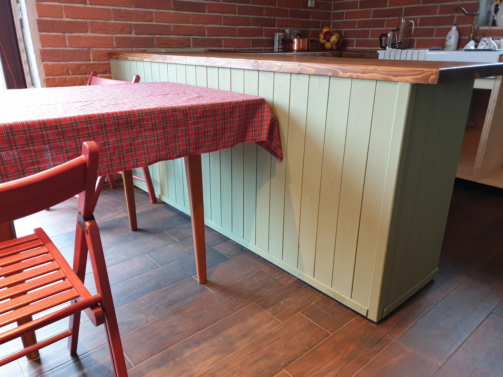 Kuchyňa svojpomocne - Stôl a aj stoličky zatiaľ provizorne, ale vieme sa kultúrnejšie najesť všetci 👍🎄