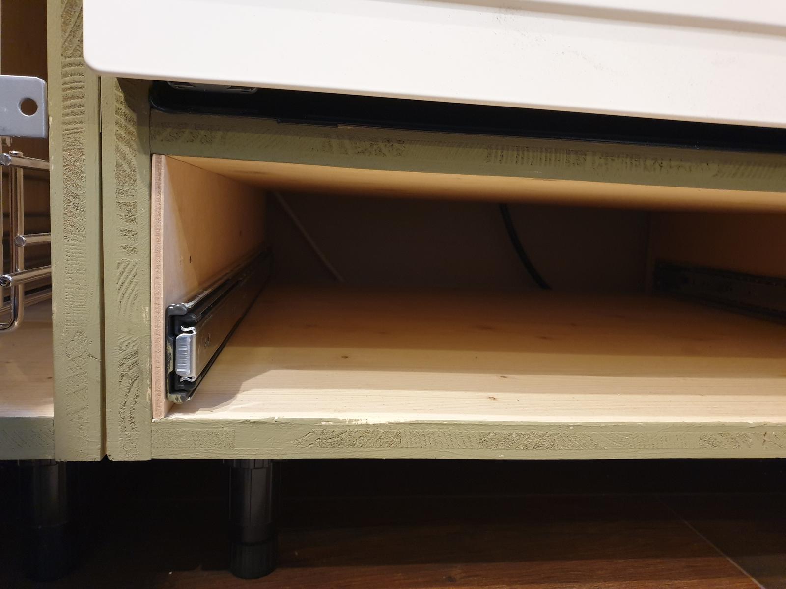 Kuchyňa svojpomocne - Detail spodku skrinky a dosky, kde je položená vstavaná rúra